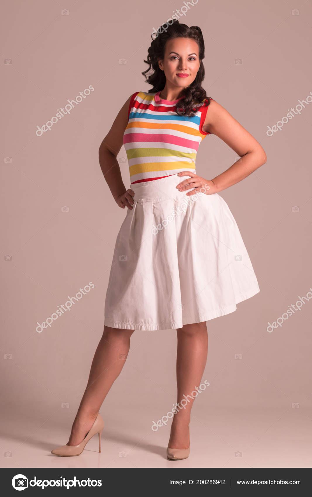 8110152cc Sonriente Mujer Falda Con Poses Peinado Estudio Gris Pin Estilo ...