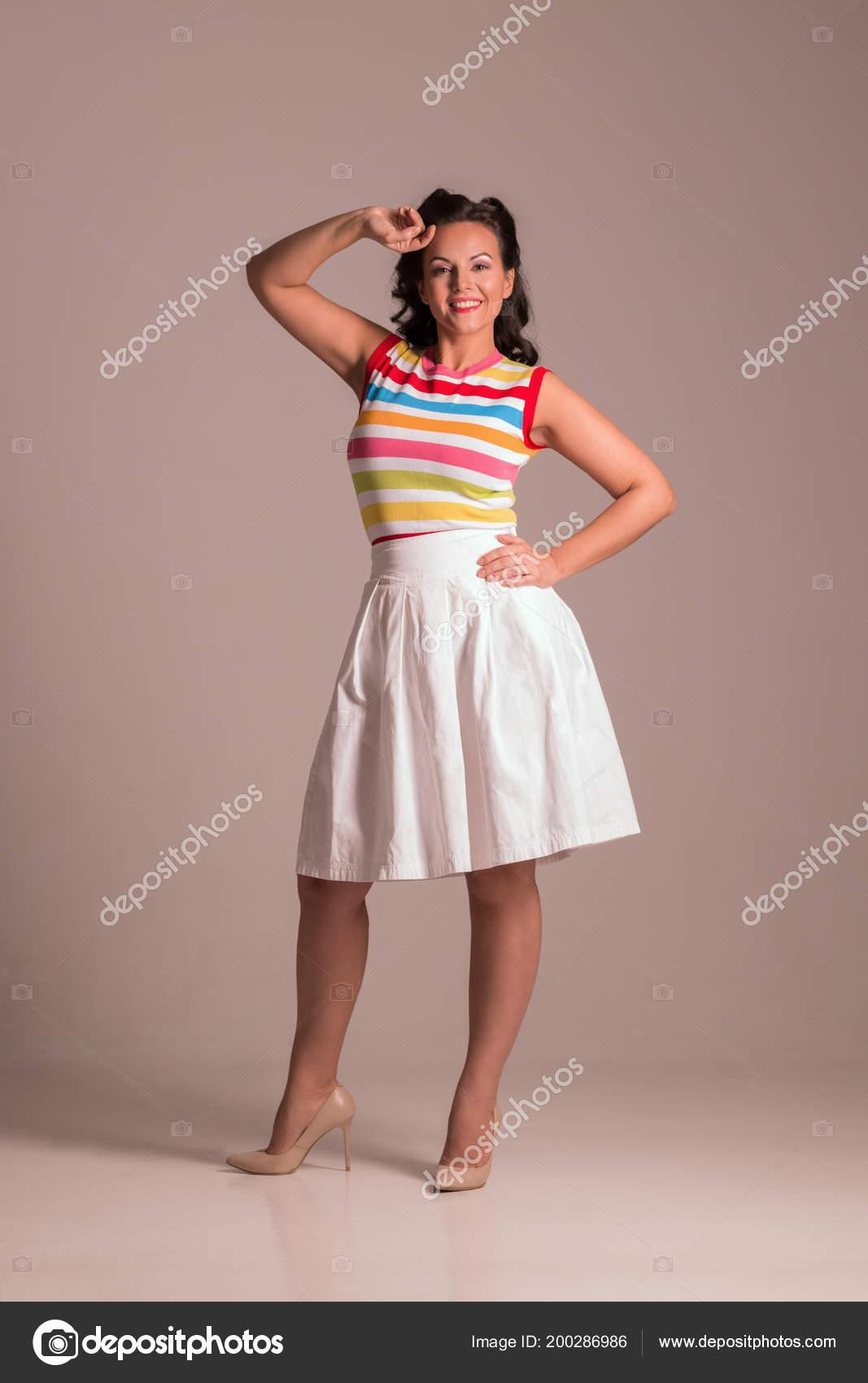 fb44c4745 Hermosa Mujer Falda Con Poses Peinado Estudio Gris Pin Estilo — Foto ...