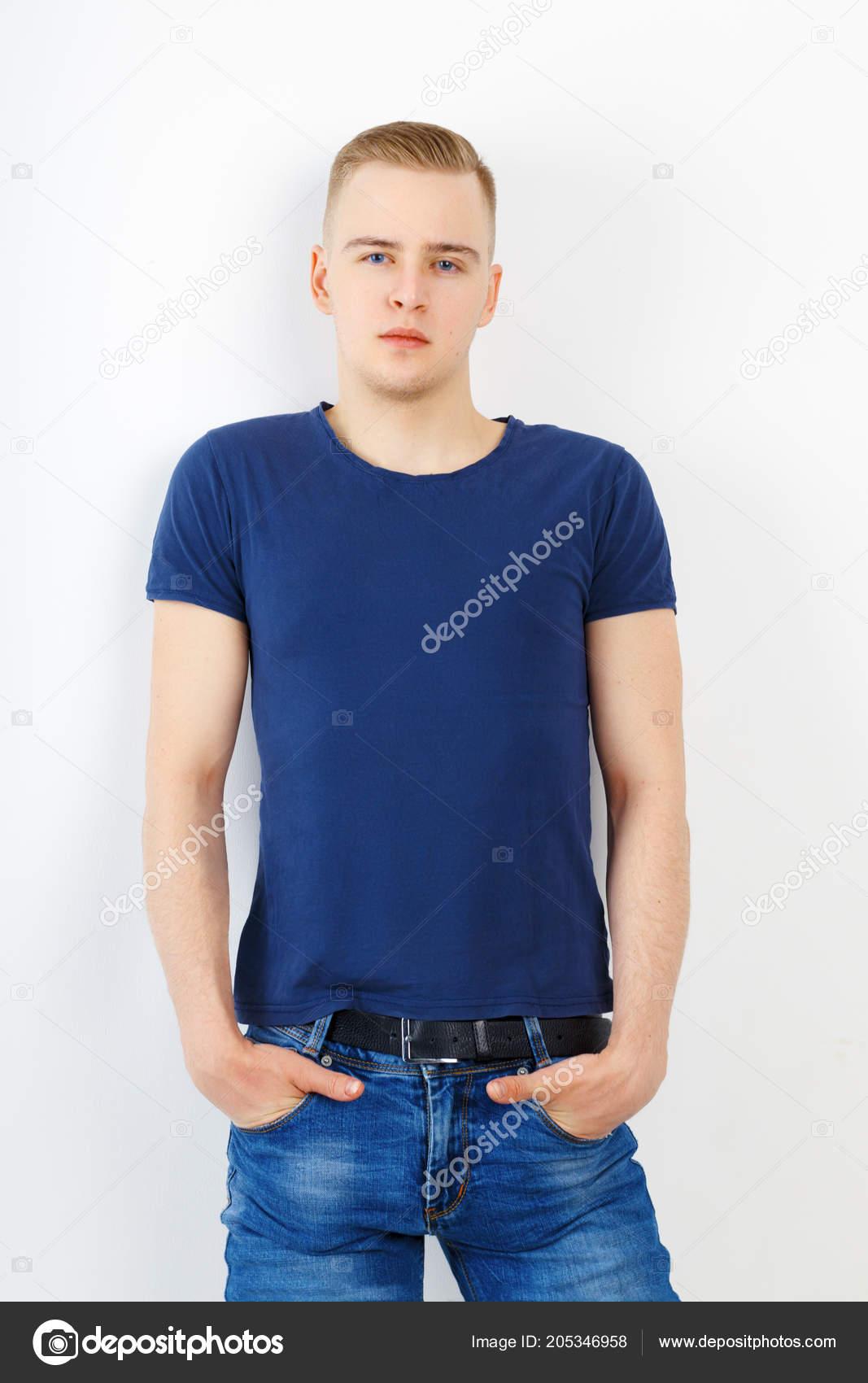 huge discount a8623 5fe26 Giovane Camicia Blu Jeans Pose Con Mani Tasca Bianco Dello ...