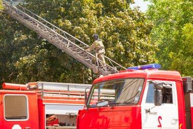 İtfaiyeciler yüksek katlı konut buildi bir yangın söndürüp
