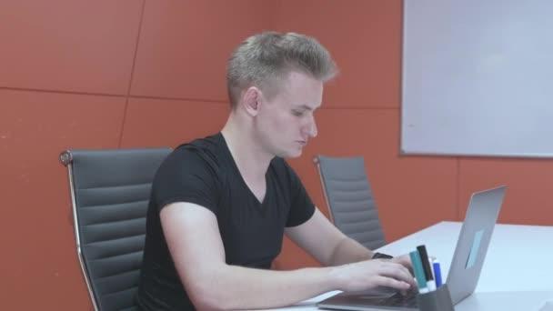 Muž používající počítač v noci, Internet závislost, sociální sítě, hraní, prohledávání Internetu celou noc