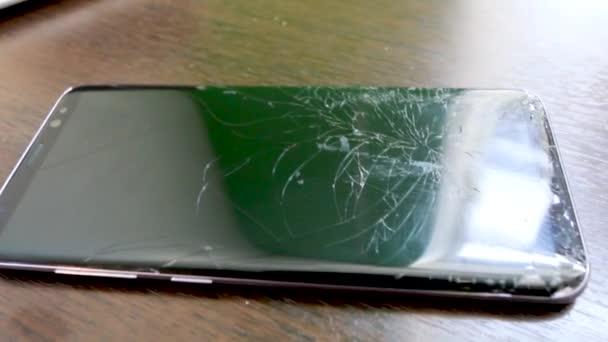 Un mockup del telefono rotto vuoto con schermo incrinato e vista frontale con fumi, isolato