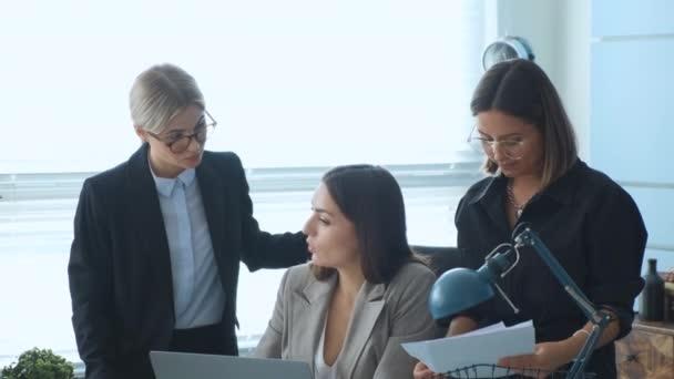 Kreatív üzleti csapat a tárgyalóasztalnál Irodai eszmecserék az ötletek elindításáról. Kreatív üzleti csapat