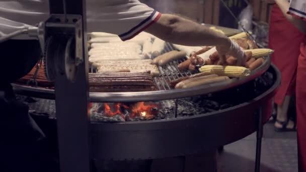 Vaření masa a uzenin na grilu. Pouliční jídlo