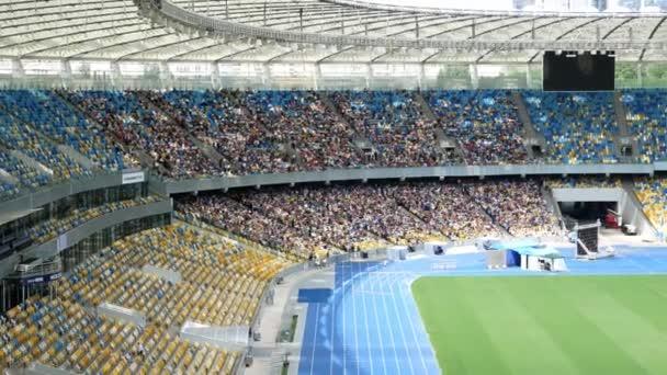 Kongres Jehovas svědek v Kyjevě nebo Kyjevě Volná vstupní událost. Červen 2019. Mnoho států zde plázou
