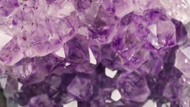 fialový Ametyst drahokam minerální rotující zblízka