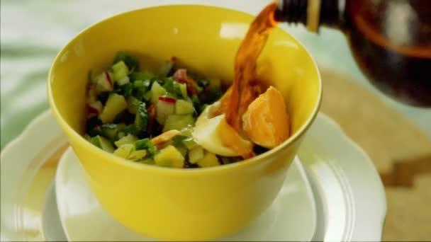 Okroshka. Tradiční ruské letní jogurt studená polévka s Kvas, ředkvičky, okurka a kopr otočení na stůl