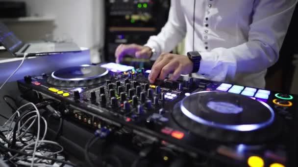 DJ a konzol egy szórakozóhely-közelről a konzol és a kezében a DJ, aki költözik a zene ritmusára