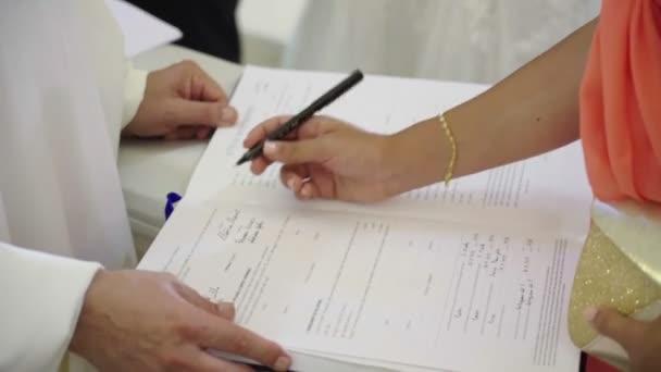 svědek ženy symboly svatební listiny v kostele