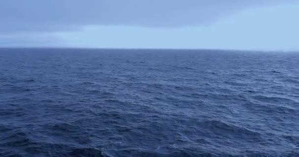 Plavba v moři na Aljašce, v USA, v klidu moře brzy ráno