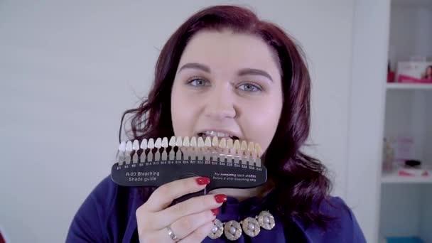 krásná dívka se zubem barvy vzorky volba zubů barvy
