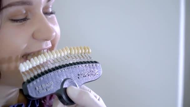 Nahaufnahme Zahnarzt mit Zahnfarbe Proben Auswahl Der Zähne Farbe in der Zahnklinik