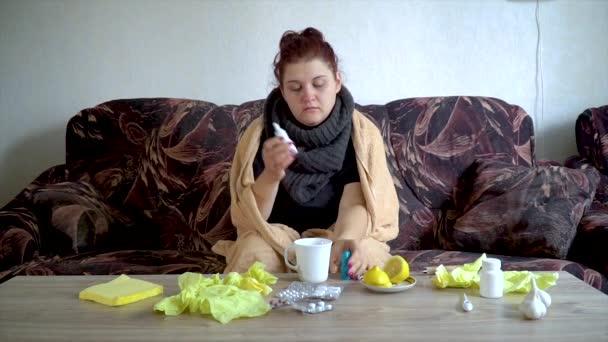 Zeitlupe kranke Mädchen verwendet Nasenspray für laufende Nase