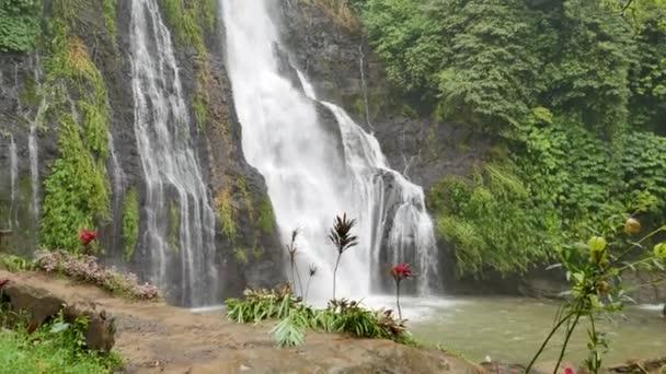 Banyumala Twin Vodopády v deštivém dni na Bali - Pan a Tilt