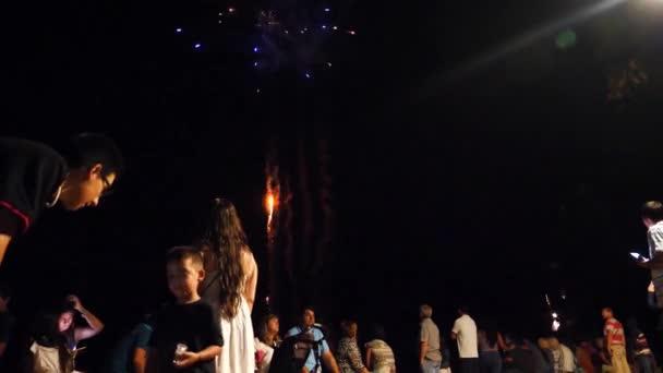 Rodiče a děti na festivalu ohňostrojů ve Španělsku Miami Platha v červnu na festivalu ohňostrojů.