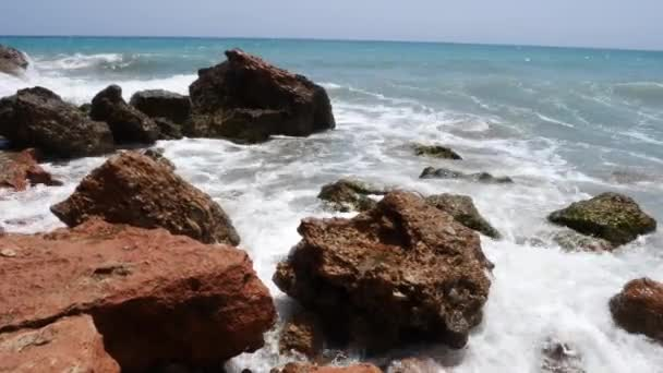 4k felvételeket a hullámok feltörése egy gyönyörű fehér homokos strand Spanyolországban.