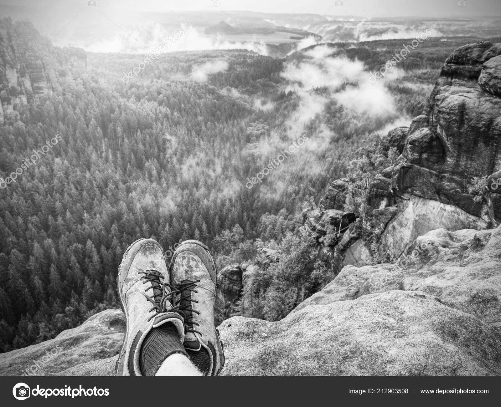 Pohodlné boty na procházku. Všechny terénní boty. Turistické boty na tramp  venku chodit přes skalní traail. Výlet na podzim v čisté přírodě– stock  obrázky ff986cecf56
