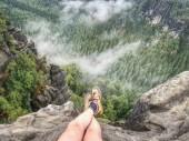 Dosáhl vrcholu vrchol hory. Horolezectví a pěší sport koncept. Turista si odpočinout