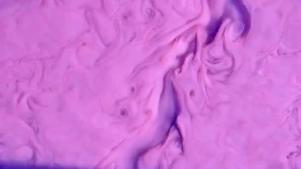 Színes kémiai kísérlet. Absztrakt patak akril festék fényes lila, lila és rózsaszín színek.