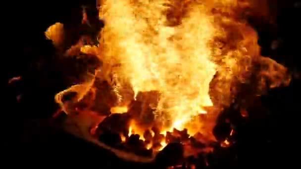 Feuer in der Schmiede. rote Schmiedezange zu Hufeisen