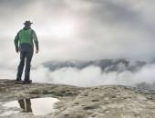 Túrázó vigyáz ködös völgyben homályos horizont sűrű köd
