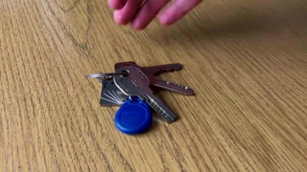 Un mucchio di chiavi sul tavolo