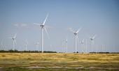 Windräder und landwirtschaftliche Flächen an einem Sommertag. Energieprofi