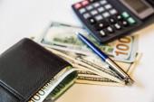 Měna v peněžence a na stole.