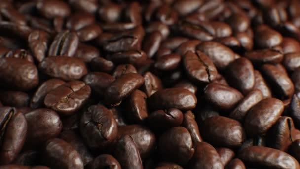 Krásné pražená kávová zrna bezešvé gramofonu rotace detail zpomalené Cg pozadí. Smyčkového abstraktní 3d animaci realistických kávová zrna na stole. 4 k Ultra Hd 3840 x 2160