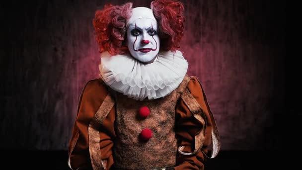 Portré ijesztő mosolygós ember bohóc színes smink mutatja hüvelykujj fel