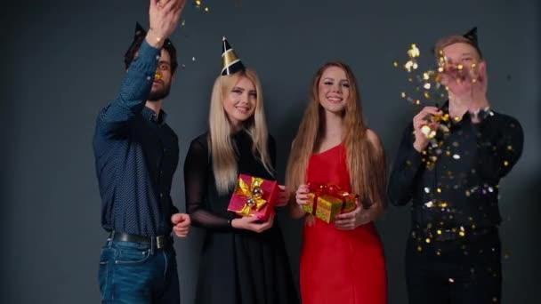 Dva veselí kluci zapískají na slavnostní píšťalku a zvracejí barevné konfety