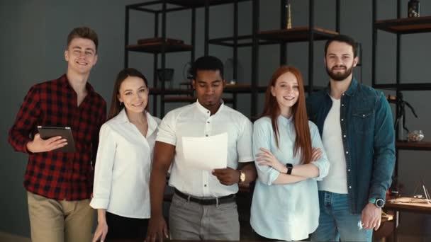 Porträt eines erfolgreichen, lächelnden multiethnischen Geschäftsteams im modernen Büro .
