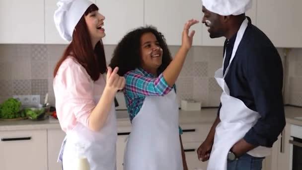 Az afro-amerikai lány Vanessa, az anyja és az apja a konyhában sütit sütnek..