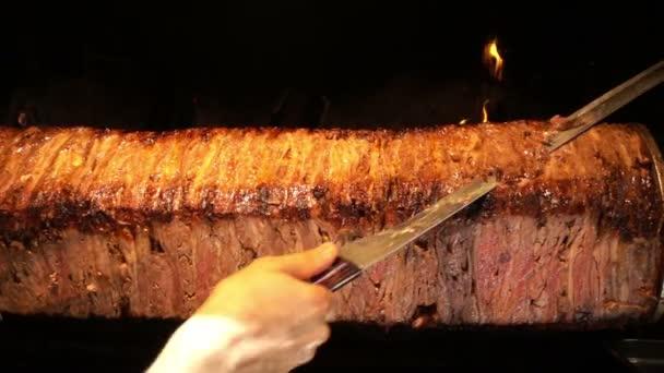 Turecké Anatolian tradiční východní jídla hovězí nebo jehněčí Döner Kebab / chutné maso Jídlo, v restauraci řezat vařené část slicely a přidat jej na pide a podávané s koupit a rajčatovým protlakem a také přidal k desce některé vařené cibule, gril