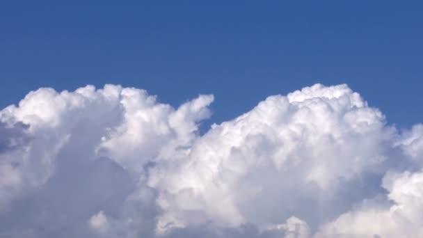 Měkká hladká nebeské mraky na jasné obloze v slunečný den