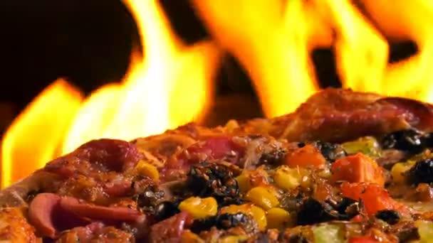 Deliziosa Pizza italiana su fuoco