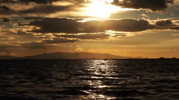 Sonnenuntergang und himmlische Wolken und Meer