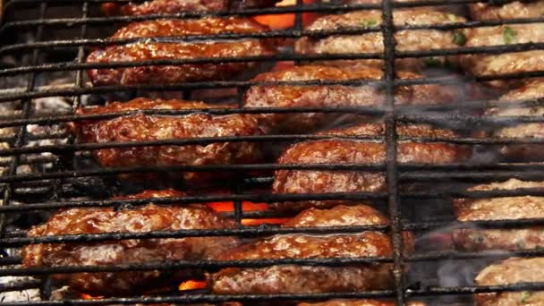 Török hagyományos húsgombóc a grill tűz