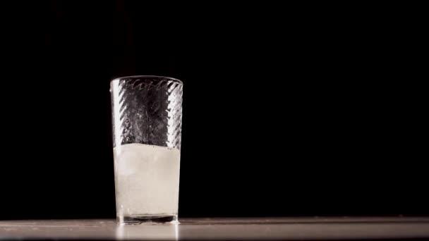 Kühlendes kohlensäurehaltiges Getränk mit Eis