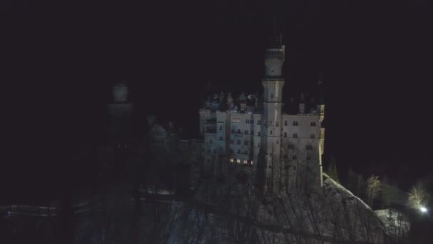 Schloss Neuschwanstein in der Winternacht. Bayerische Alpen, Deutschland. Luftbild