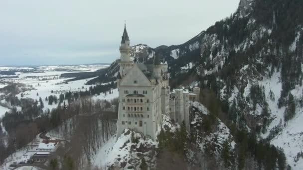Schloss Neuschwanstein am Wintertag. Bayerische Alpen, Deutschland. Luftbild