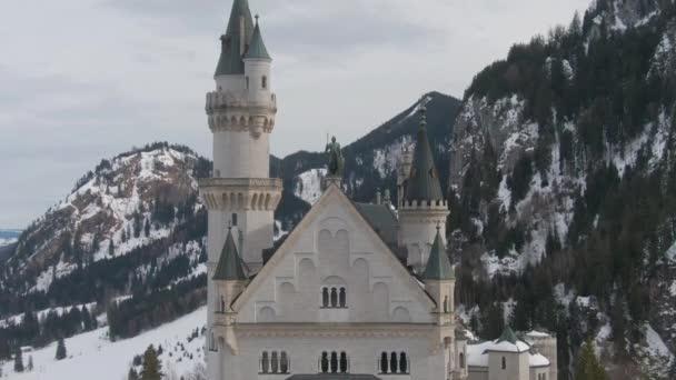 Schloss Neuschwanstein im Wintertag. Bayerische Alpen, Deutschland. Luftbild