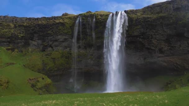 Seljalandsfoss vodopád a zelená krajina. Island