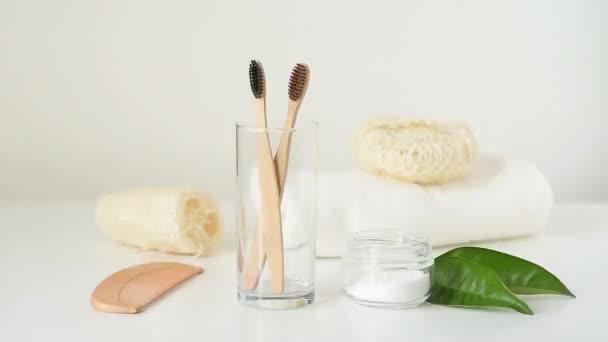 Fa bambusz fogkefe esik üvegbe más kefék és fürdőszoba nulla hulladék termékek fehér alapon