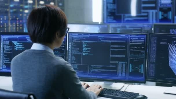 V řídící místnosti systém technický pracovník/Nice stojí a sleduje různé aktivity, zobrazení na více monitorech s grafikou. Správce sledování práce umělé inteligence, velké objemy dat dolování, neuronové sítě, sledování projektu