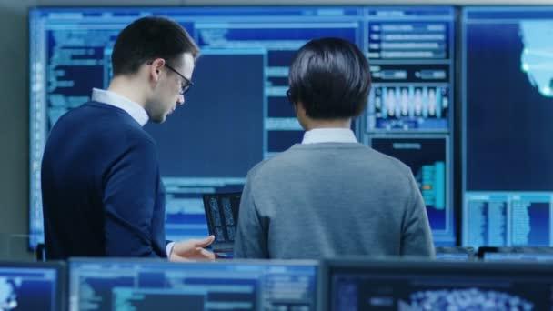 V systému řízení místnosti It Specialist a diskuse mají inženýr projektu jsou obklopeni více monitorů s grafikou. Pracují v datovém centru na dolování dat, umělá inteligence a neuronové sítě.