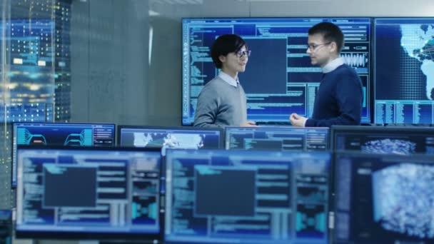 A rendszer ellenőrzési szoba projekt kezelése és ez mérnök van vita sokszoros oktatók grafikus vagyunk körülvéve. Dolgoznak egy adatközpont adatbányászat, Ai és neurális hálózat.