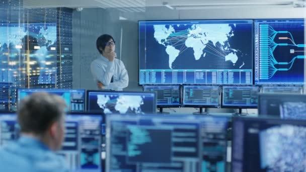 V systému řízení místnosti hlavní inženýr si myslí, že zatímco stojící před velké obrazovce s interaktivní mapou na něm. Datové centrum je plné monitory zobrazující grafiky.