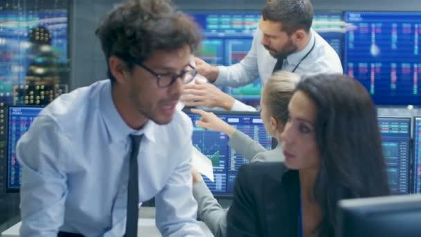 Profesionální makléř poradí obchodník burzy na své pracovní stanici. Mnohonárodnostní tým na burze úřadu je zaneprázdněn prodej a nákup akcií na trhu. Zobrazení jsou relevantní údaje čísla