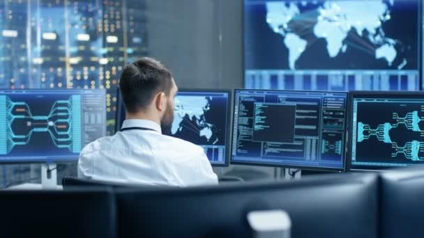 Zadní pohled v práci operátora systému ovládací centrum. Více obrazovek znázorňující technické údaje